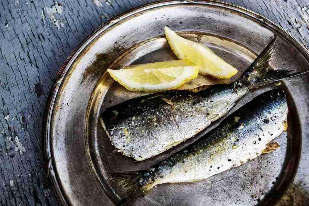pesce sul piatto con il limone