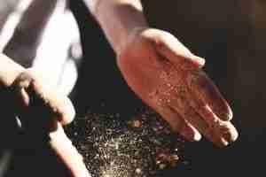 farina e mani bianche